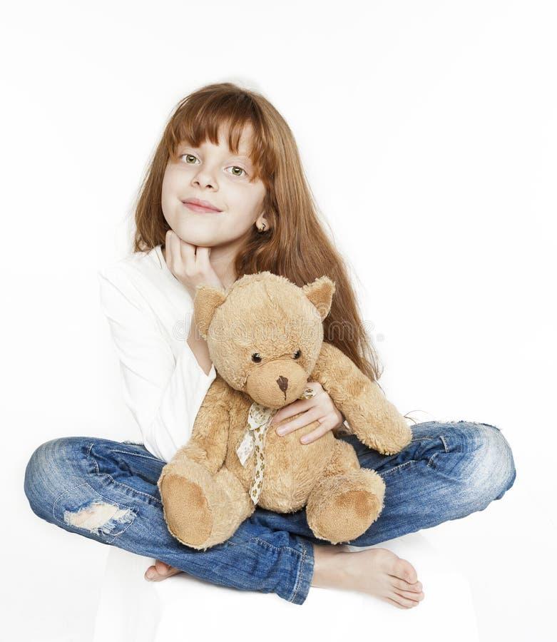 红发青少年的女孩和玩具熊 免版税库存图片