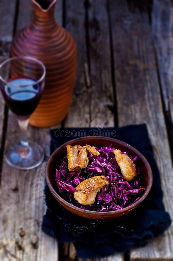 红叶卷心菜和鸭胸脯辣沙拉 免版税库存图片