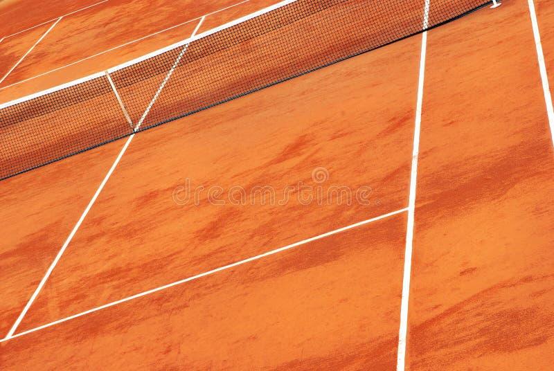 红土网球场网球视图 免版税库存照片