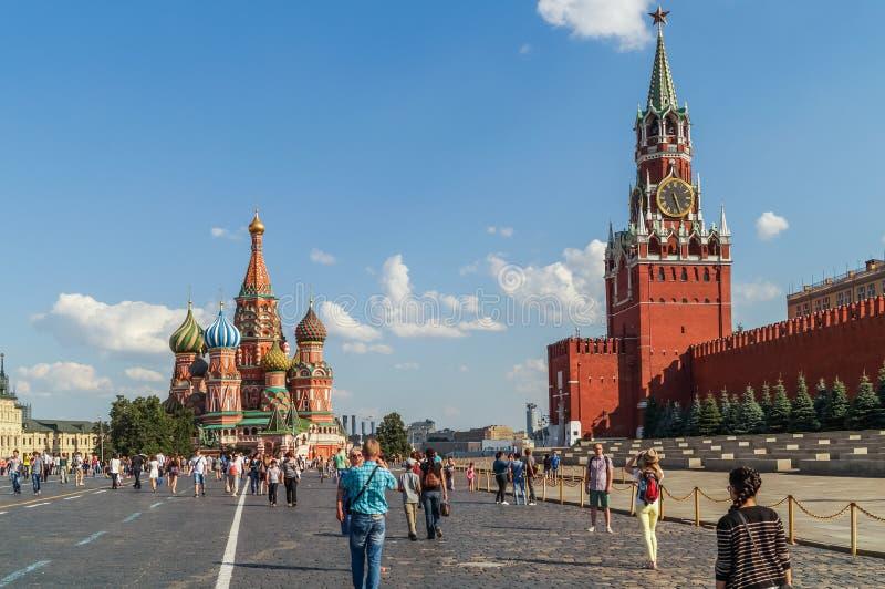 红场的游人在克里姆林宫,莫斯科附近 库存图片