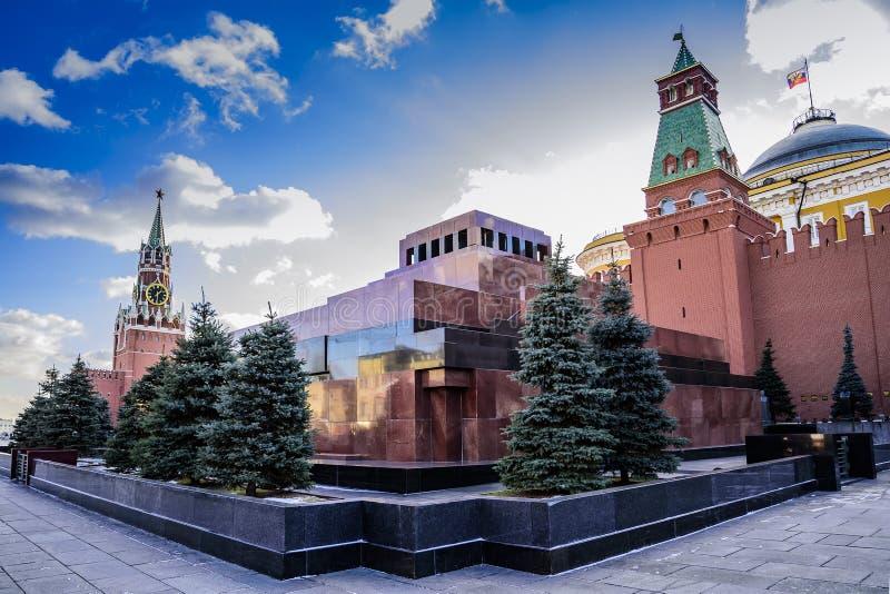红场 Spaskaya塔,V陵墓  列宁,在一好日子的日落的参议院塔在晚秋天 莫斯科俄国 免版税库存照片