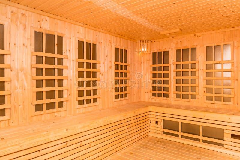 红外蒸汽浴室,健康新技术木内部  免版税库存照片