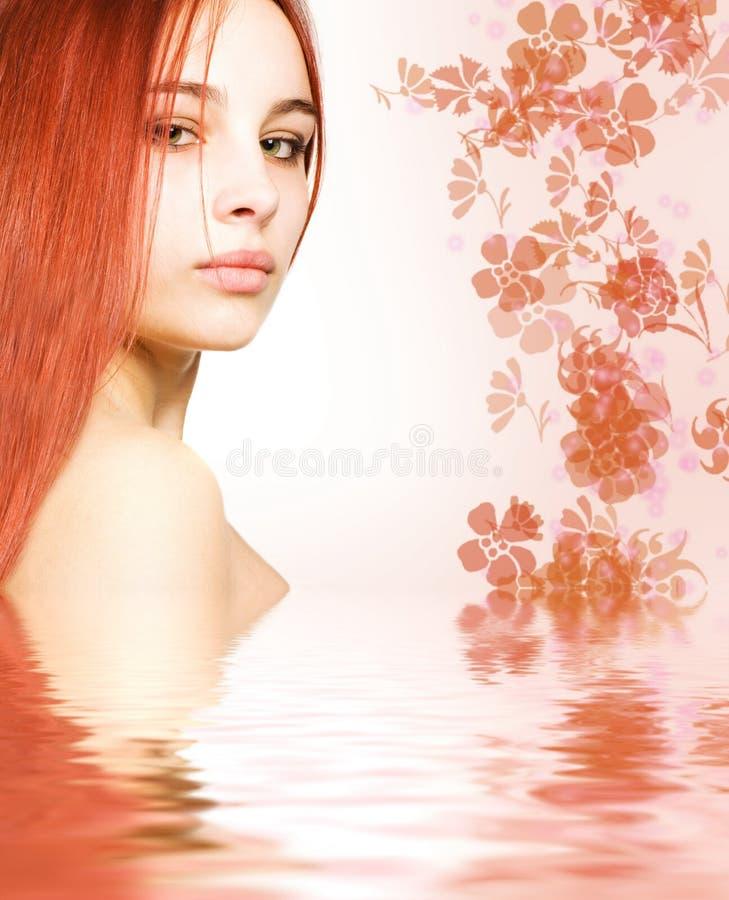红头发人回报了水 库存图片