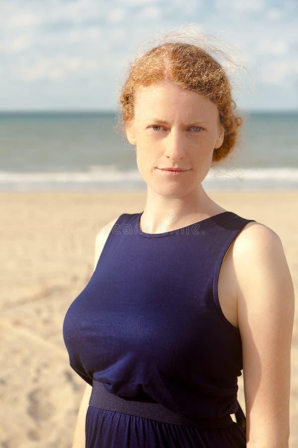 红头发人女孩海滩,德帕内,比利时 免版税库存照片