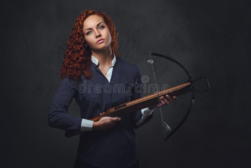 红头发人女性拿着石弓 库存图片
