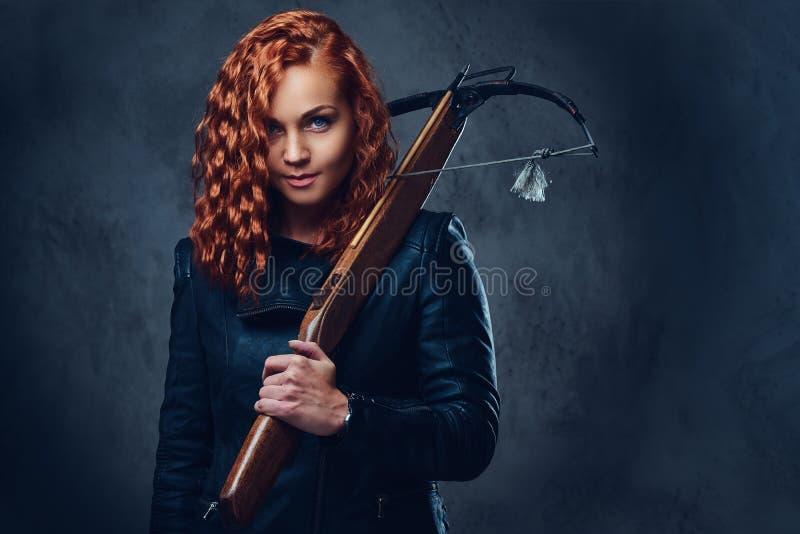 红头发人女性拿着石弓 图库摄影