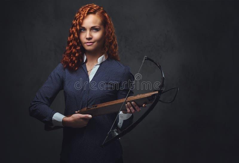 红头发人女性拿着石弓 库存照片