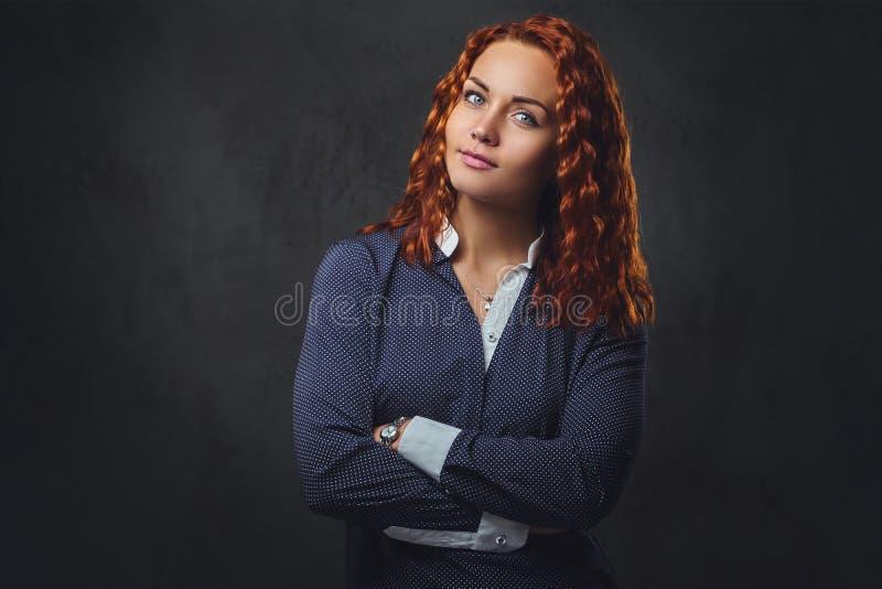 红头发人女性监督员在一套典雅的衣服穿戴了 免版税库存照片