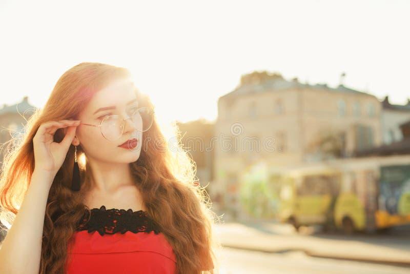 红头发人妇女特写镜头画象有戴眼镜的雀斑的 库存图片