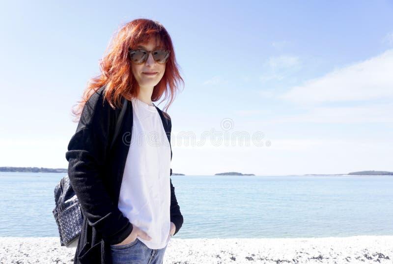 红头发人少妇看照相机 免版税库存图片
