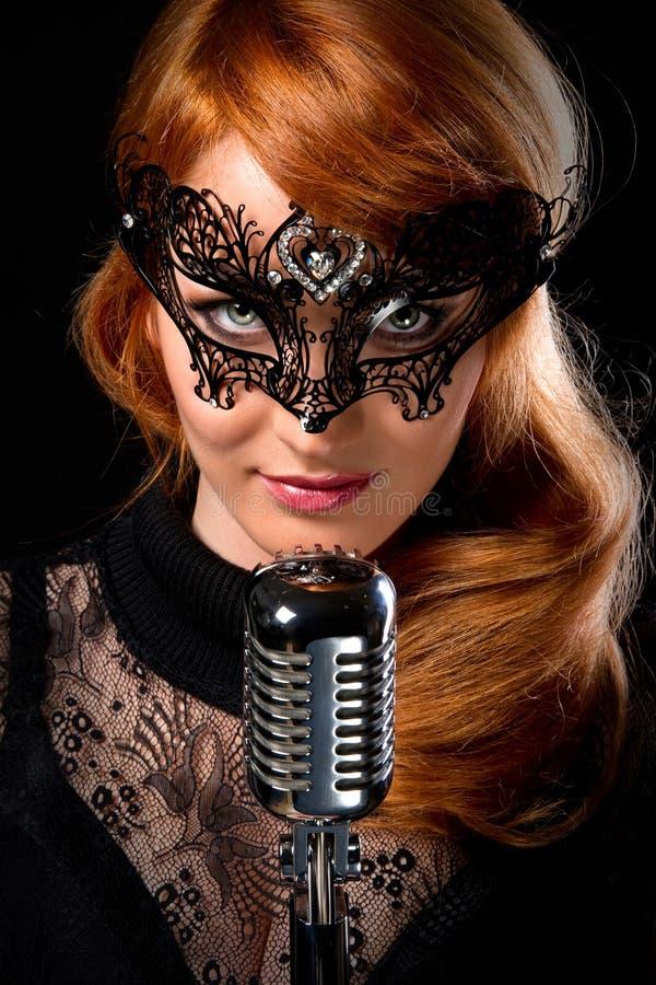 红头发人歌唱家 图库摄影