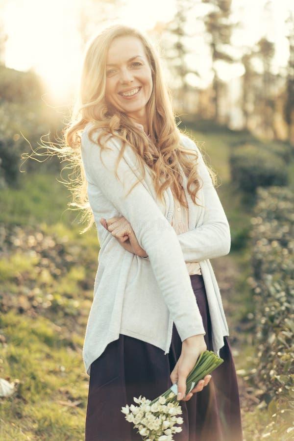 红头发人笑的妇女关闭从乐趣在明媚的阳光下 免版税库存图片