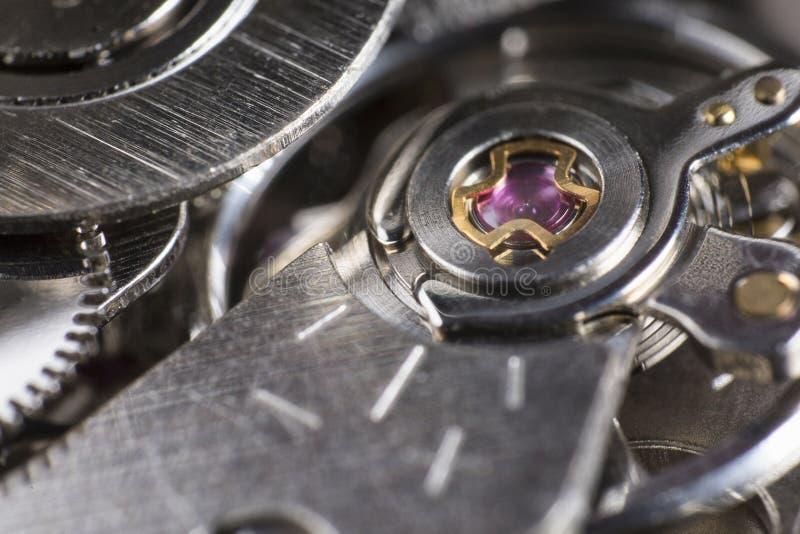红宝石†‹â€ ‹的宏观细节在手表的机制的 免版税库存照片