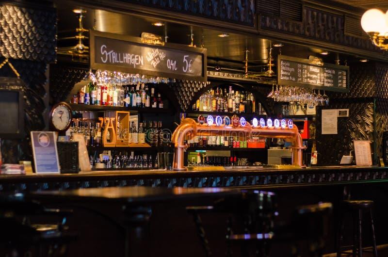 传统爱尔兰啤酒客栈在坦佩雷,芬兰 免版税图库摄影