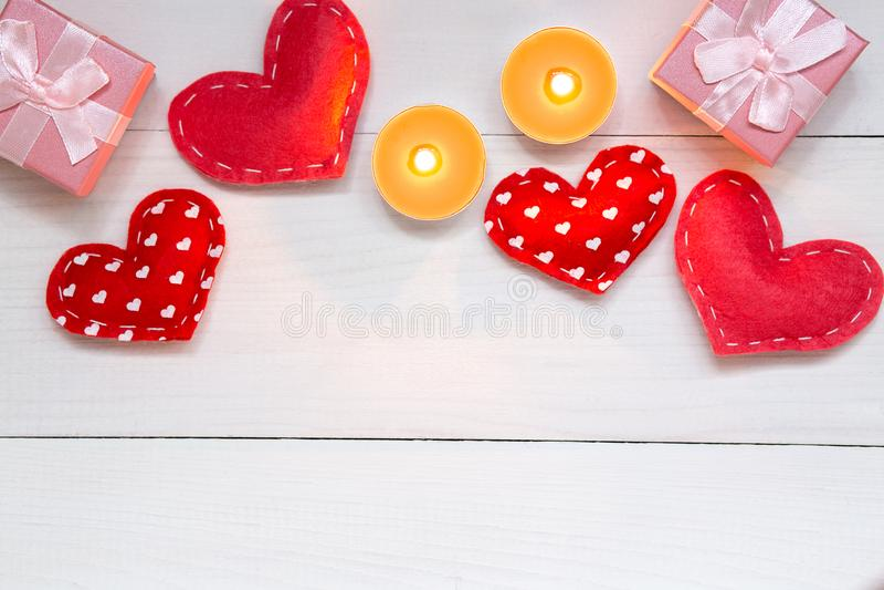 红心和礼物在白色木背景为情人节,拷贝空间,顶视图 免版税库存照片