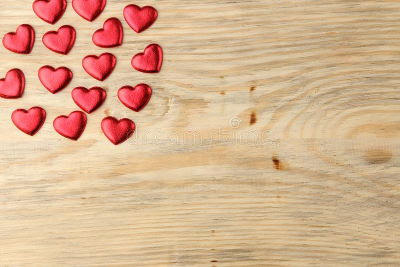 红心框架在自然木背景的 日s华伦泰 与空间的顶视图文本的 图库摄影