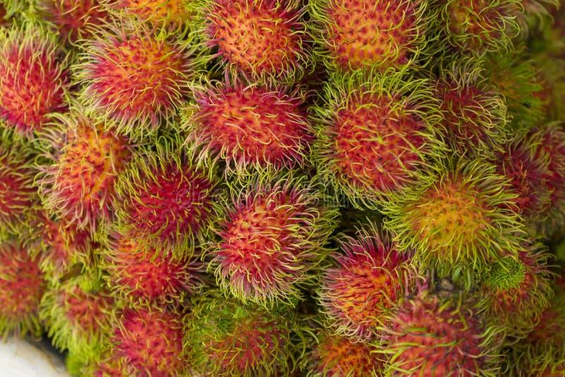 红毛丹在地方市场上的果子束 免版税库存照片