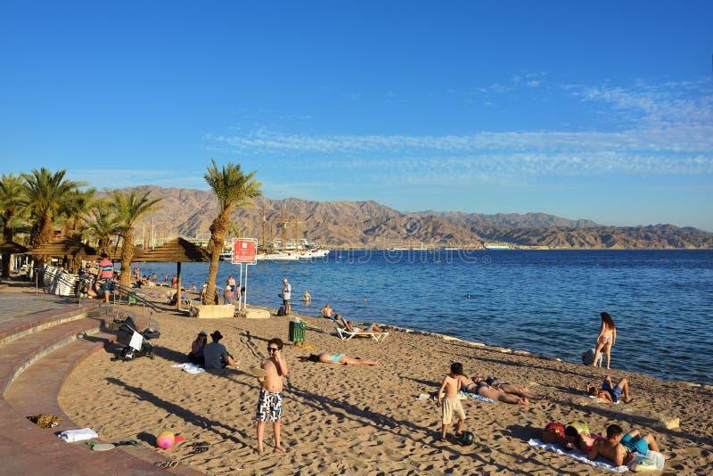红海和海滩在埃拉特,以色列附近 免版税库存照片