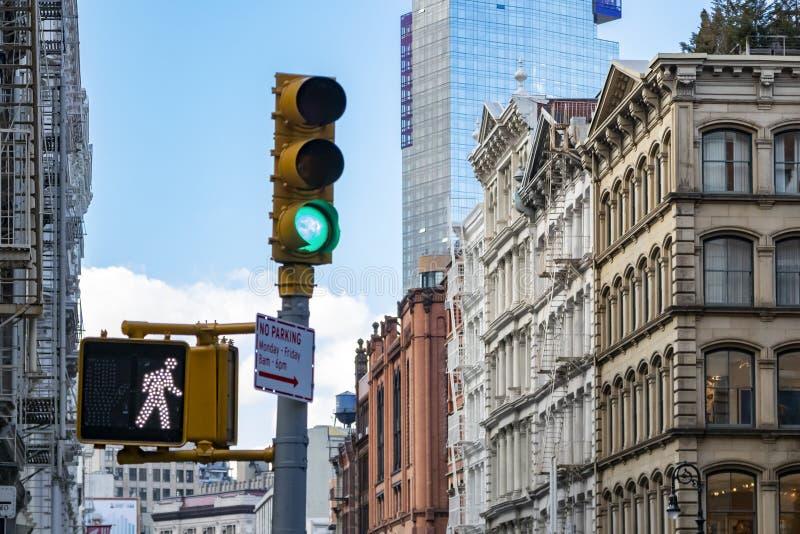 红灯和老大厦在一个交叉点在布鲁姆街上在纽约苏活区邻里  免版税图库摄影