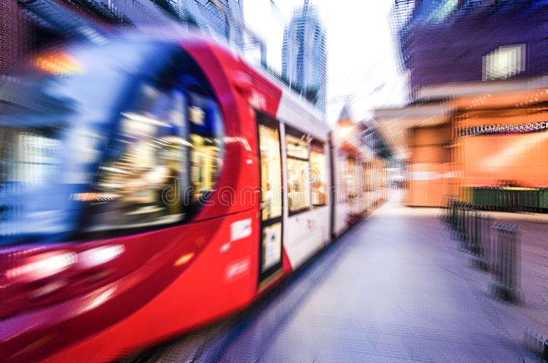 红灯在关闭的路轨火车,在徒升迷离作用的图象背景的 图库摄影