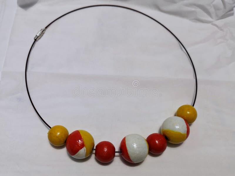 红白黄的木珠项链 库存图片