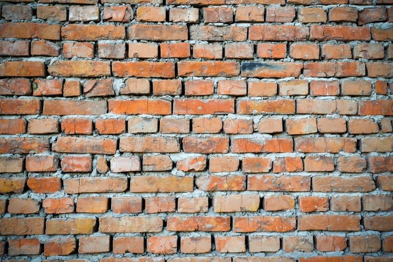 红砖与变暗的边缘的墙壁backgraund 老葡萄酒砖墙背景 免版税库存照片