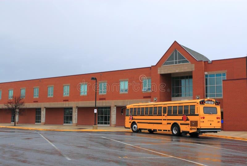 与公共汽车的教学楼 免版税图库摄影