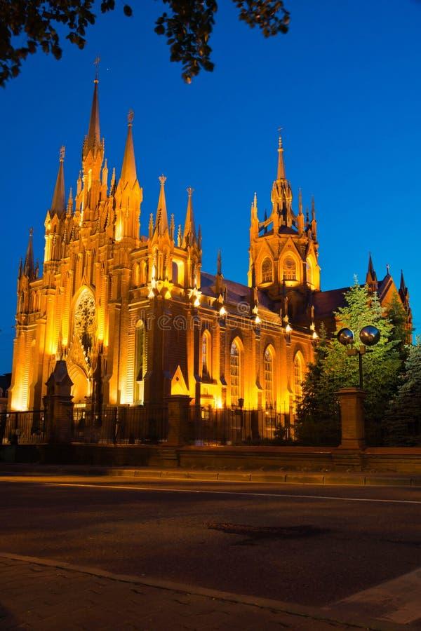 红砖哥特式大教堂在一个夏天 库存照片