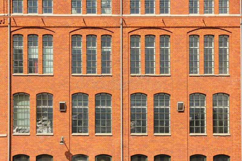 红砖墙壁&窗口。工业风景。诺尔雪平。瑞典 免版税库存图片
