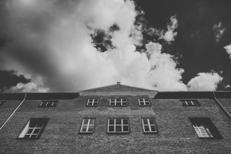 红砖大厦门面反对蓝天的,斯堪的纳维亚语 免版税图库摄影