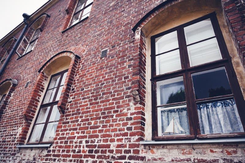 红砖大厦门面,传统斯堪的纳维亚建筑学 免版税库存照片