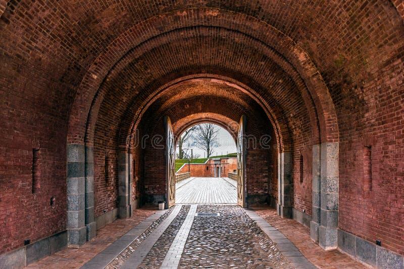 红砖曲拱在陶格夫匹尔斯堡垒 库存照片