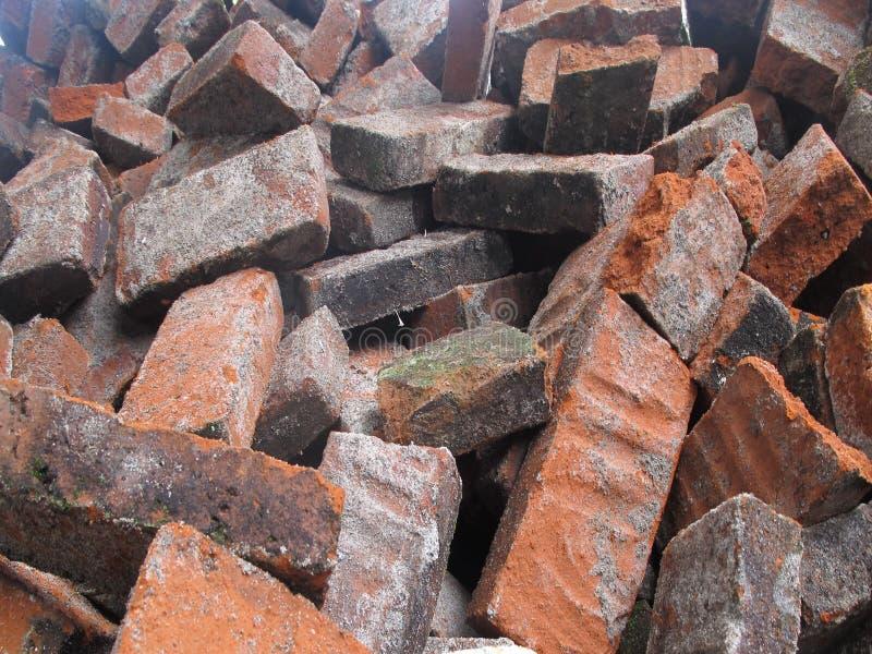 红砖碎片在地面上的 免版税图库摄影