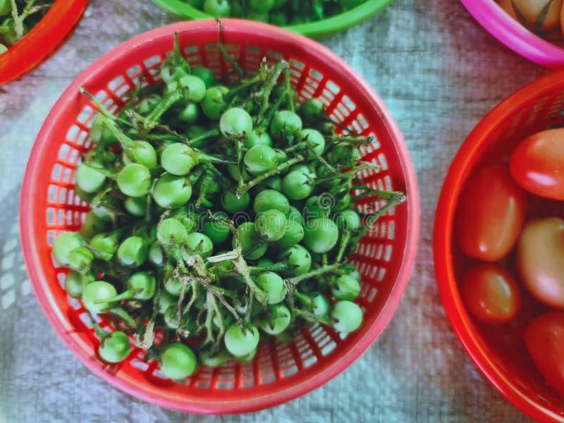 红篮里的一堆绿浆果 免版税库存照片