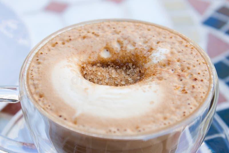 红糖和热奶咖啡 免版税图库摄影