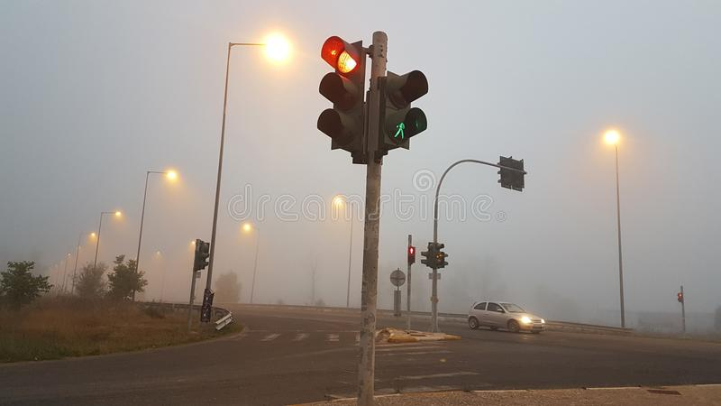 红绿灯雾早晨路冬天 免版税库存照片
