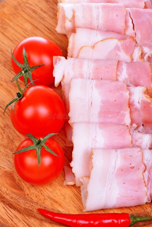 红肉烟肉滚动用蕃茄 库存图片