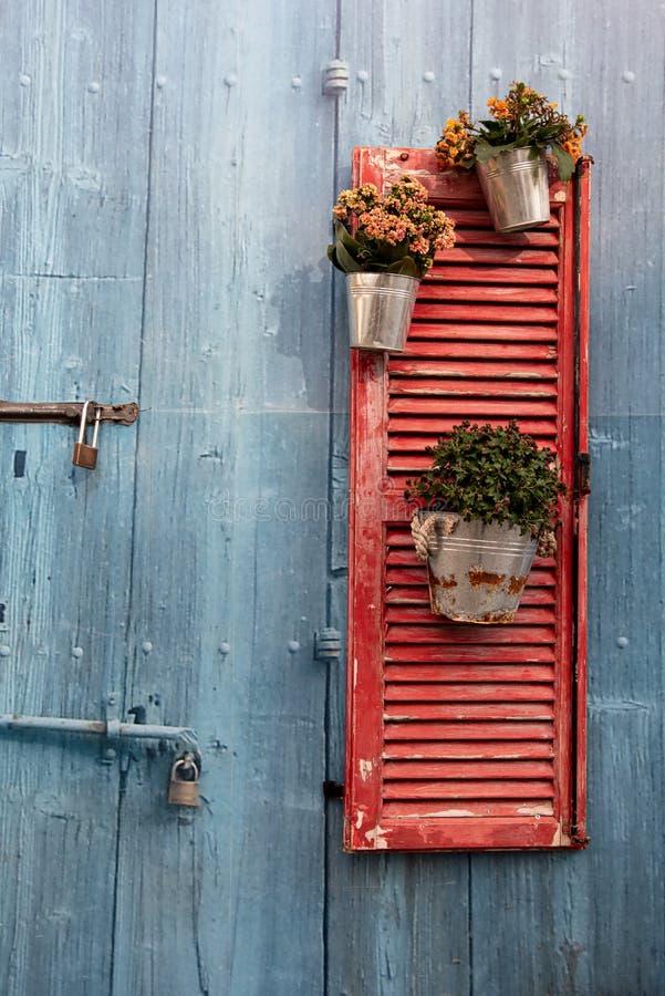 红色与花盆的窗口木制框架 免版税库存照片