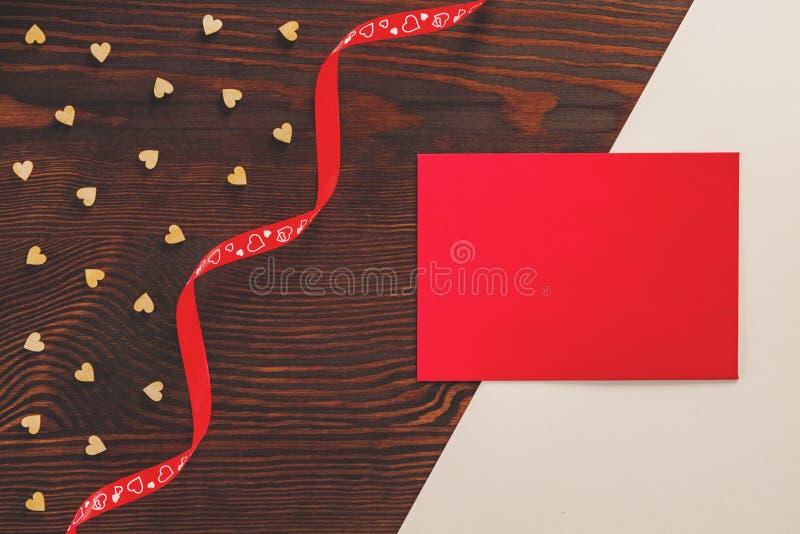 红色丝带和卡片 免版税库存图片