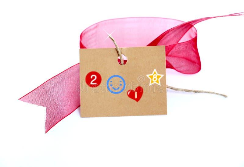 红色丝带和棕色纸盒卡片与文本在白色 库存照片