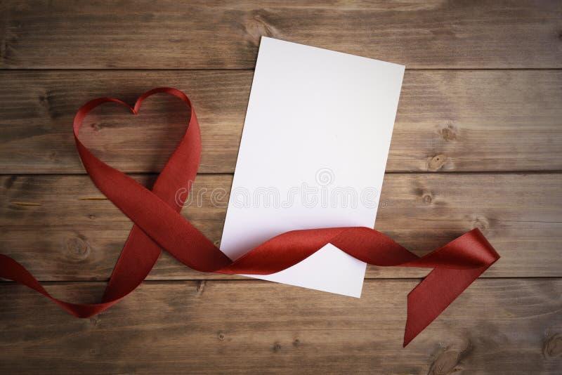 红色丝带的心脏 库存图片