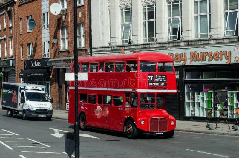红色两层都市公共汽车在伦敦,在2015年6月 英国/英国 图库摄影
