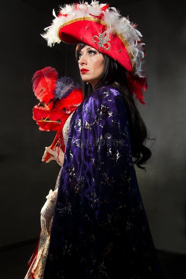 红色中世纪服装的妇女与屏蔽 免版税库存照片