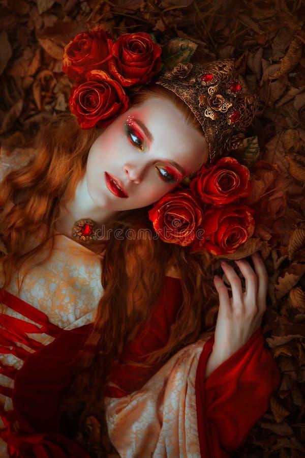 红色中世纪礼服的妇女 免版税库存图片