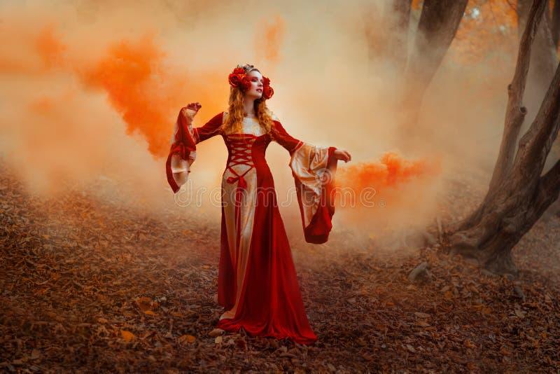 红色中世纪礼服的妇女 免版税库存照片