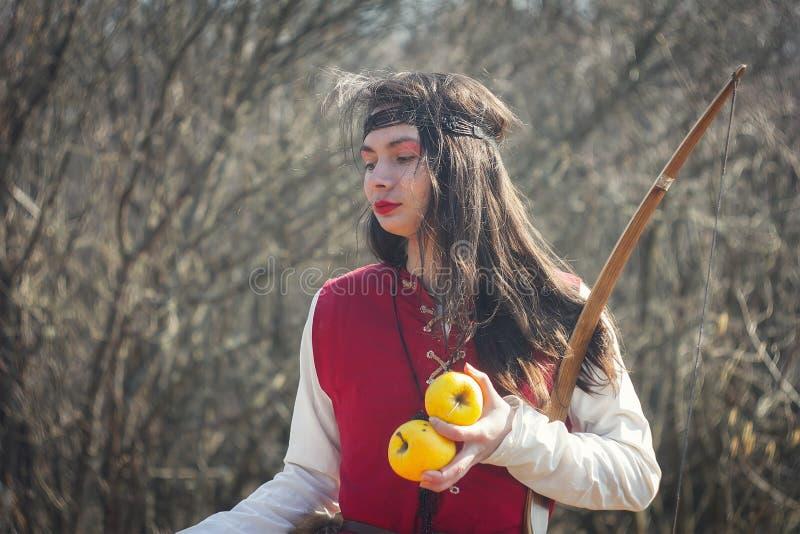 红色中世纪礼服的接近的美女 库存图片