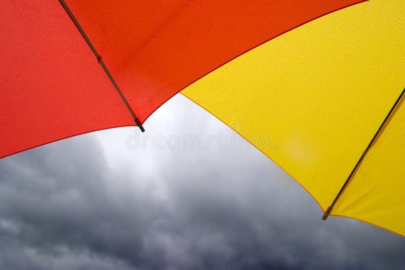 红色伞黄色 免版税库存图片