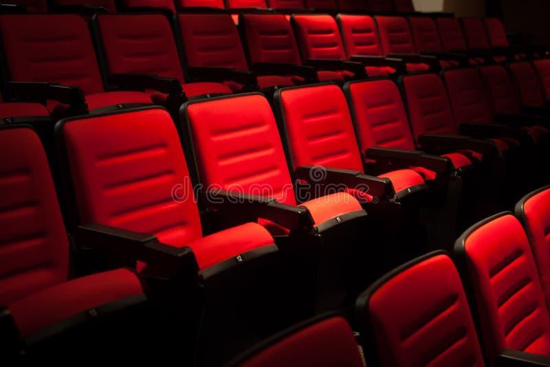 位子红色在电影院模糊的背景.成都厂家定做衣柜图片