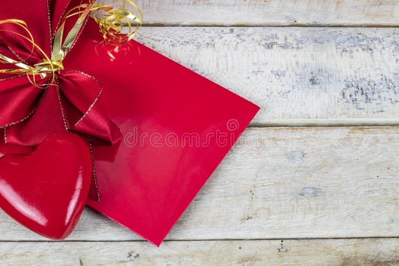 红色信封和红心形象细节在木桌的与拷贝空间 免版税图库摄影