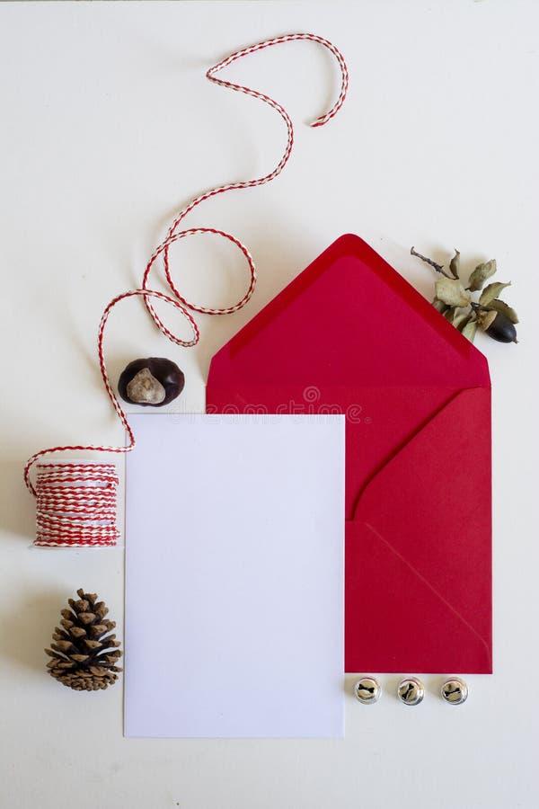 红色信封,圣诞节信件、白色背景和装饰品 免版税库存照片